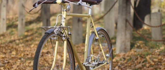 Butter yellow city bike